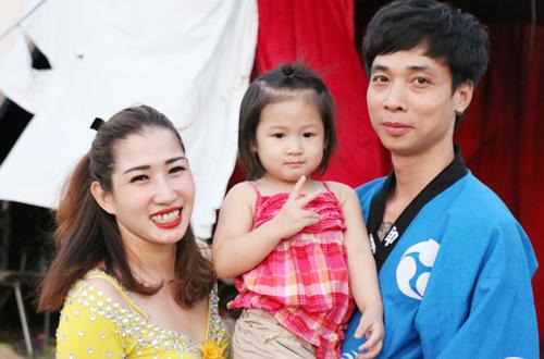 Gia đình nghệ sĩ Huyền Trang theo đoàn xiếc Trung Ương 1 diễn khắp các tỉnh thành.