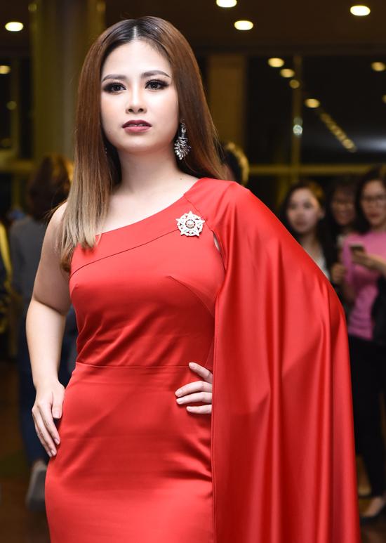 Nguyễn Thị Huyền khoác tay Tấn Minh trên thảm đỏ