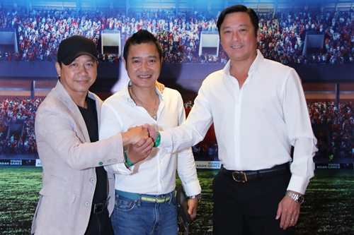 Huỳnh Đức (phải) và Hồng Sơn (giữa) bên đạo diễn Robie Trường.