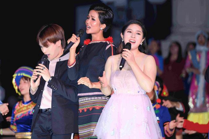 Hoa hậu H'Hen Niê mặc váy dân tộc Ê đê đi sự kiện