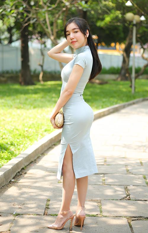 Elly Trần khoe đường cong với váy ôm