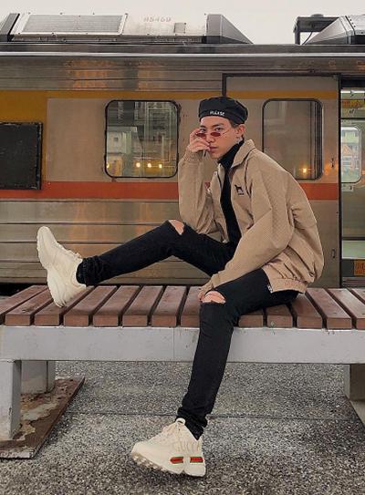Ca sĩ Erik toát lên vẻ sành điệu với mốt giày của thập niên 1990 cùng quần rách, kính tí hon.