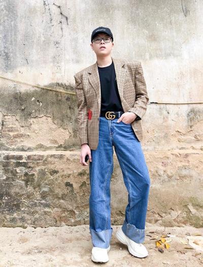 Ca sĩ Đức Phúc theo đuổi phong cách sporty-chic khi phối sneakers thô kệch với blazer kiểu thập niên 1980.