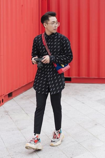 Stylist Hoàng Ku dùng đôi giày màu sắc tạo điểm nhấn cho trang phục tông đen.