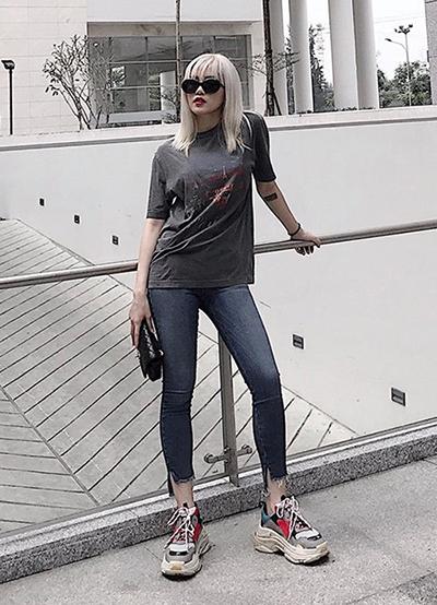 Ca sĩ Thiều Bảo Trâm cũng có một đôi tương tự. Có vóc dáng trung bình, song nhờ kết hợp khéo léo với quần skinny và áo phông, cô vẫn ghi điểm với mốt giày kén người.