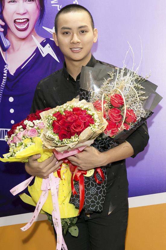 Fan vây quanh Hoài Lâm trên thảm đỏ