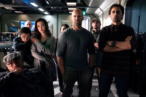 Lý Băng Băng (tóc xoăn) bên Jason Statham (giữa) và dàn diễn viên trong phim.