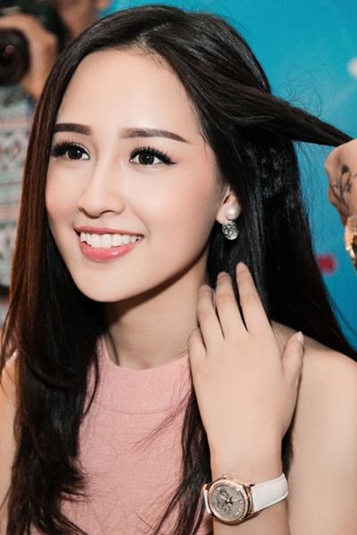 Cô từng đi sự kiện với chiếc đồng hồhiệu Patek Phillipetrịgiá 65.000 USD (hơn1,4 tỷ đồng). Đây là mộttrong những thương hiệu đồng hồ đắtnhất thế giới.
