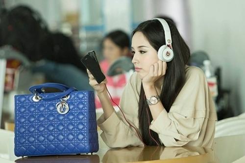 Dior cũng là nhãn hiệu được hoa hậu yêu thích. Cô xuất hiện trẻ trung tại sân bay với chiếc túi Lady Dior cỡ lớn đình đám. Chiếc túi này có giá khoảng 3.900 USD (tầm 84 triệu đồng).