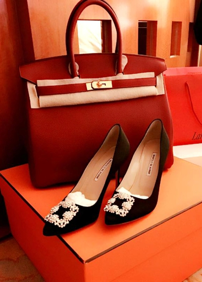 Năm 2017, Mai Phương Thúytậu thêmmẫu túi Birkin của Hermes với tông màu đỏ đậm vàđôi giày kinh điểncủa thương hiệu Manolo Blahnik (giá khoảng23triệu đồng).Hoa hậu thừa nhận phong cáchcủa mình vốn không hợp với dòng túi Birkin, nhưng vì quá yêu thích thương hiệu này,cô đãchi hàng trăm triệu đồngđể sở hữu. Cô hiện có khoảng nămchiếc túiHermes với các màu khác nhau.