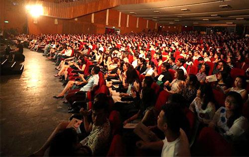 Khán giả TP HCM ngồi chật kín Nhà hát Hòa Bình xem chương trình của Hà Anh Tuấn.