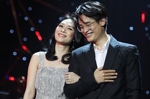 Ca sĩ Mỹ Tâm (trái).