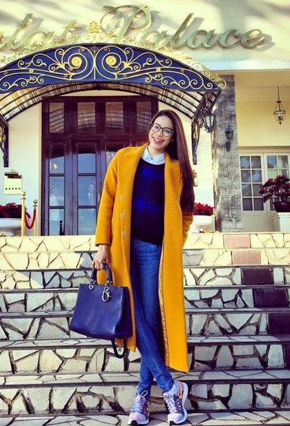 Phạm Hương là một fan trung thành của hiệu Dior.Nổi bật trong số đó là chiếc túi Diorissimo màu xanh navy được Phạm Hương sử dụng trong nhiều dịp, trị giá khoảng 112 triệu đồng.
