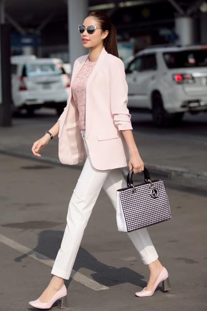 Hoa hậu Hoàn vũ xuất hiệnthanh lịch ở sân bayvới set đồ tông màu pastel, đi kèm túi xách Lady Diorkhoảng 110 triệu đồng.