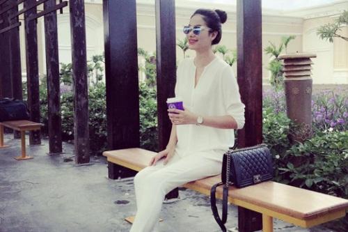 Chiếc túi Chanel Boy quen thuộc được nhiều sao Việt ưa chuộng, có giá khoảng 90-100 triệu đồng.