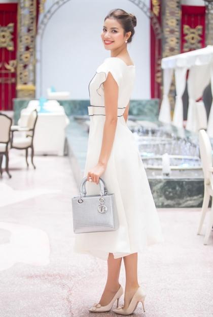 Đây là chiếc túi mang tên Lady dior bag in silver-tone perforated calfskin, nó thuộc BST xuân hè 2015 và có giá 4.200 USD. ( Tầm khoảng 93 triệu đồng)