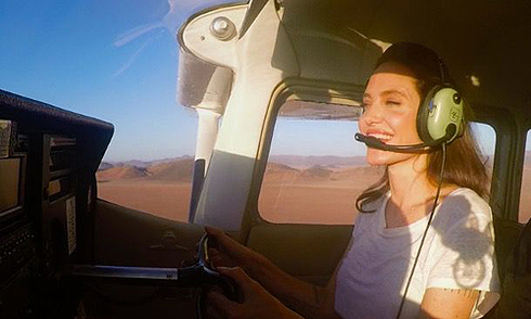 angelina-jolie-lai-may-bay-tren-sa-mac-o-namibia