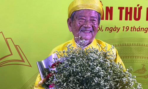 Tác giả Nguyễn Đình Tư nhận giải thưởng.