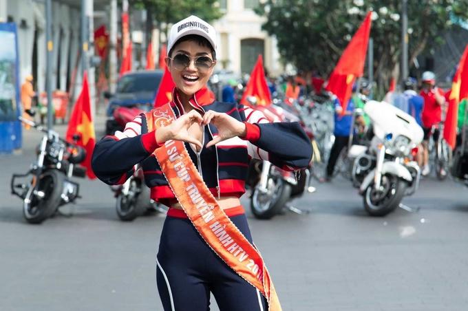 Hoa hậu H'Hen Niê đạp xe cùng người dân TP HCM