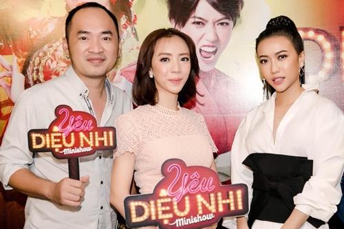Thu Trang bat cuoi khi Dieu Nhi hat cai luong
