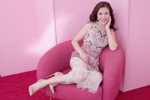 Nữ doanh nhân dịu dàng, sang trọng trong bộ váy nhung kết hợp chất liệu ren thời thượng