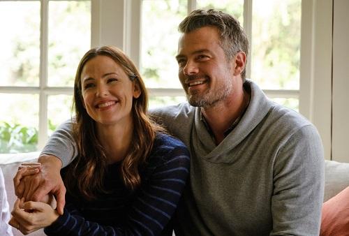 Josh Duhamel (phải) vàJennifer Garnerthủ vai cha mẹnhân vật chính.