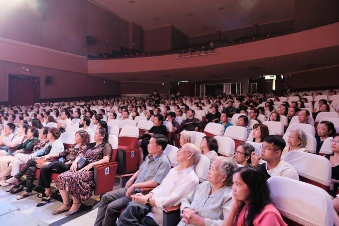 Phuong Thanh duoc co vu khi hat cai luong Thai hau Duong Van Nga