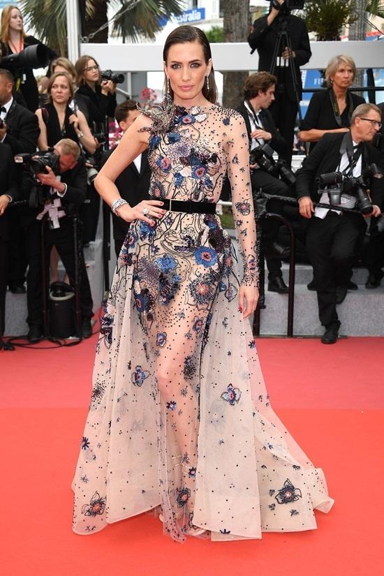 Những trang phục hở táo bạo ở Cannes tuần qua