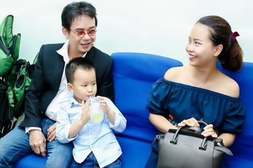 Nhạc sĩ Đức Huy hát tặng vợ kém 44 tuổi sau khi làm bố