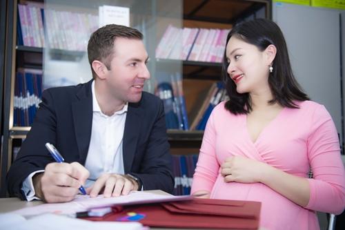 Lan Phương cùng hôn phu người Anh đăng ký kết hôn.