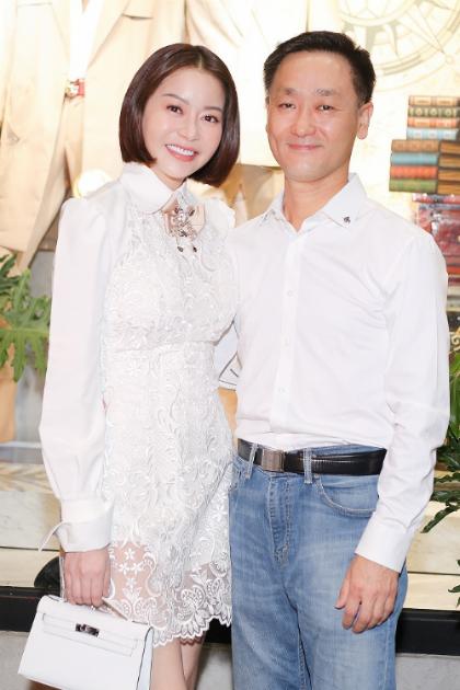 Vọ chòng Hoa Hau Hải Duong chúc mùng Chung Thanh Phong ra BST mói