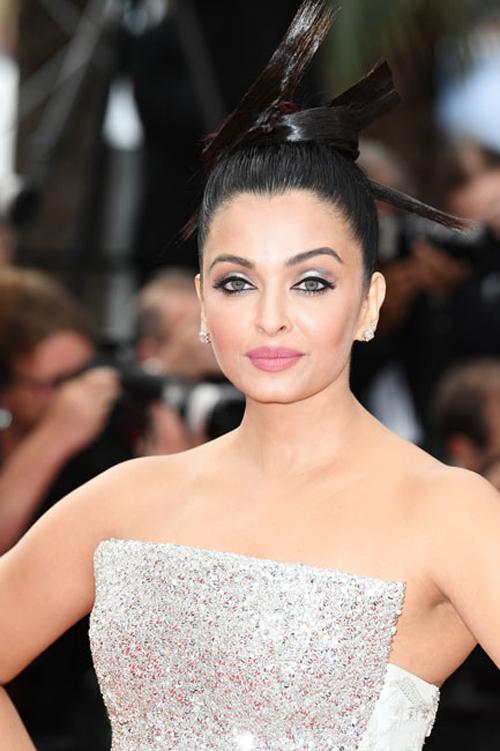 Aishwarya-Rai-Bachchan-Cannes-2018-beauty-2-1526547210_600x0.jpg