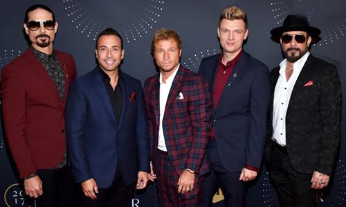 Năm thành viên Backstreet Boys gồm: Kevin Richardson, Howie Dorough, Brian Littrell, Nick Carter và AJ McLean (từ trái sang).