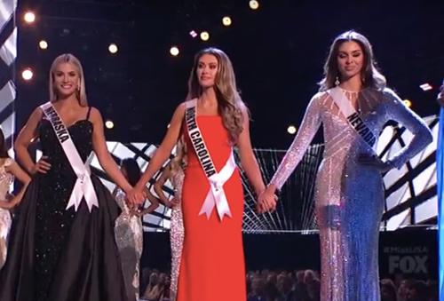 Chung kết cuộc thi Miss USA 2018 diễn ra ngày 21/5 tại Louisiana, Mỹ với sự tham gia của 51 thí sinh. Sarah Rose Summers (trái) của bang Nebraska giành chiến thắng. Kara McCullough trao lại vương miện cho người kế nhiệm. Á hậu 1 là thí sinh của bang North Carolina (váy đỏ). Á hậu 2 thuộc về đại diện Nevada (phải).