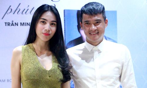 Ca sĩ Thủy Tiên ủng hộ chồng - cựu cầu thủ Công Vinh ở buổi ra mắt sách Phút 89 tại TP HCM, sáng 23/5.