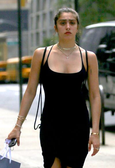 Lourdes có phong cách thời trang phóng khoáng, thoải mái và phá cách so với tiêu chuẩn thường thấy. Con gái Madonna cũng thể hiện tình yêu với mẹ bằng hình xăm trên bắp tay.