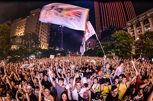 10 nghìn khán giả cuồng nhiệt cùng âm nhạc trên phố đi bộ Nguyễn Huệ TP HCM.