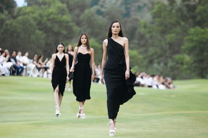 Hoàng Yến, H'Hen Niê catwalk với giày 15 cm trên địa hình đồi