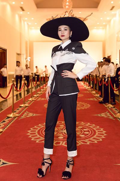Thanh Hằng diện trang phục và giày phong cách kimono cách điệu. Chiếc mũ rộng vành đính tên Thanh Hằng trở thành điểm nhấn cho set đồ.