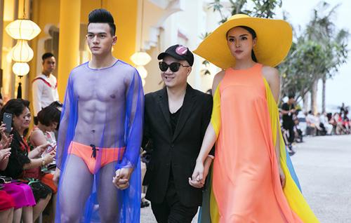 Lê Xuân Tiền cùng Hoa hậu Kỳ Duyên (phải) là vedette show thời trang Xuân Hè của Đỗ Mạnh Cường năm rồi.