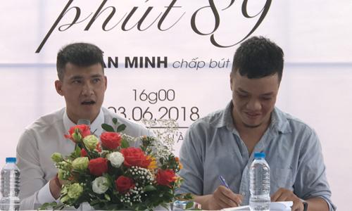 Công Vinh (trái) tại buổi ra mắt sách ở Hà Nội.