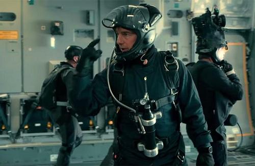 Tom Cruise trước khi nhảy khỏi máy bay. Ở bên phải là nhà quay phim sẽ ghi hình pha hành động của anh.