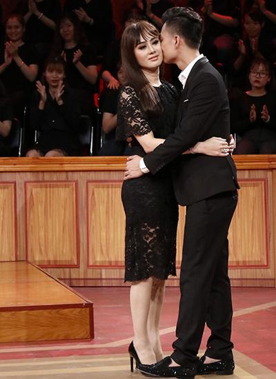 Lâm Khánh Chi và chồng thể hiện tình cảm trong Phiên tòa tình yêu.