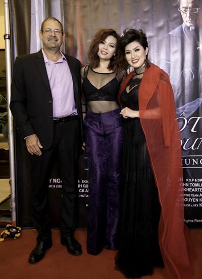 Ca sĩ Ngọc Anh và bạn trai Tây cùng tới chúc mừng Hồng Nhung trong buổi ra măt sản phẩm âm nhạc mới đây.