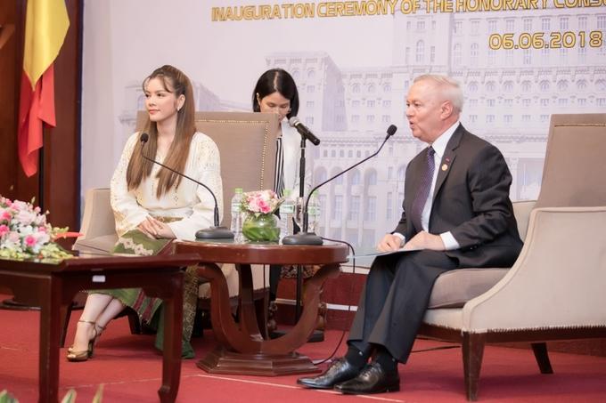 Lý Nhã Kỳ mặc nền nã trong lễ nhậm chức Lãnh sự danh dự Romania