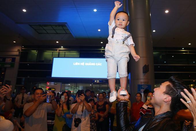 Quốc Nghiệp biểu diễn cùng con trai ở sân bay