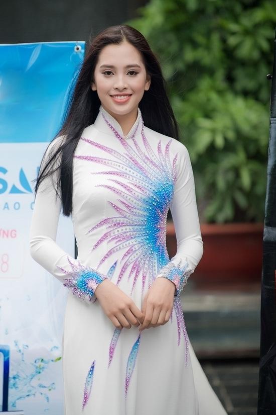 Cũng diện áo dài truyền thống nhưng cô gái này lại thu hút các ống kính bởi vẻ đẹp hiện đại.