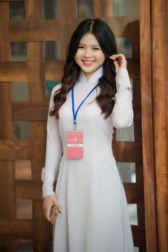 Nét đẹp thuần Việt của một thí sinh trong tà áo dài tinh khôi.