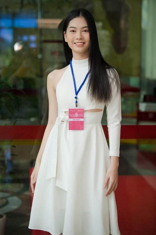 Một số thí sinh khác chọn đầm ngắn thanh lịch tôn vóc dáng và cá tính.