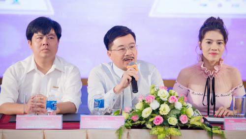 Ông Vũ Tiến (giữa) và bà Phạm Kim Dung, đồng phó ban tổ chức, ủng hộ việc giữ phần thi bikini ở Hoa hậu Việt Nam 2018.